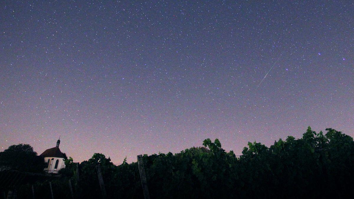Eine Sternschnuppe über der Vogelsburg bei Volkach