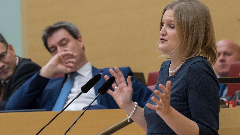 Katrin Ebner-Steiner am Rednerpult im Landtag