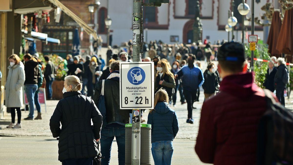 Menschen mit Masekn sind in Frankfurt unterwegs