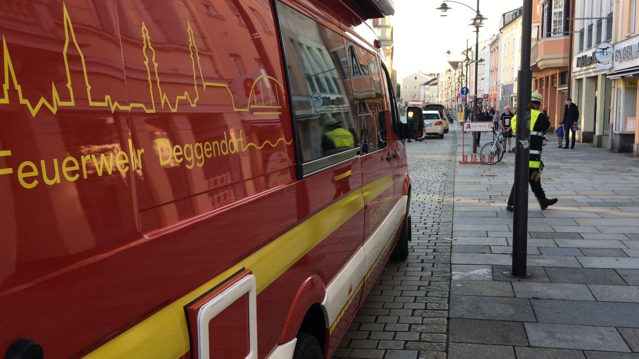 Ein Feuerwehrauto am Deggendorfer Stadtplatz