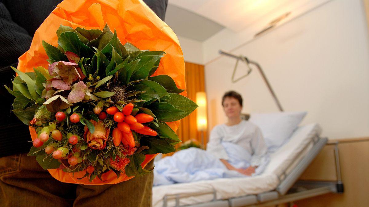 Besuch im Krankenhaus (Symbolbild)