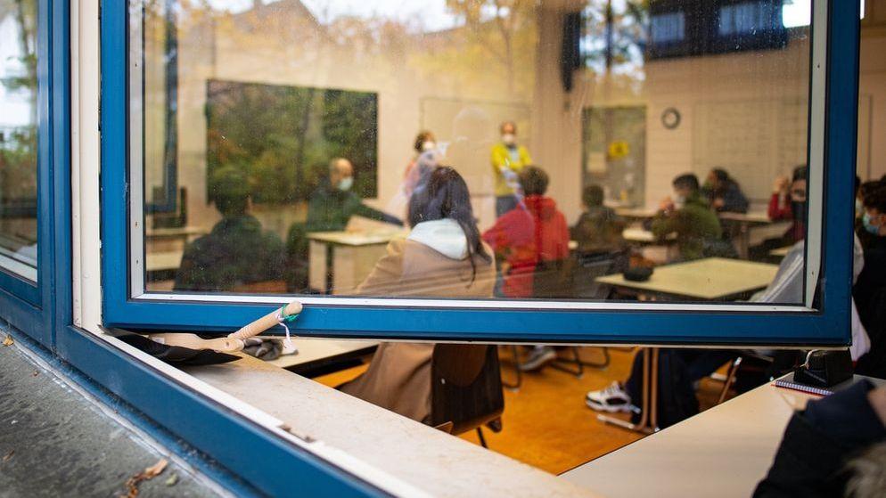Lüften gegen Corona: Schule bei geöffnetem Fenster