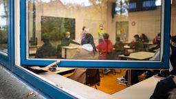 Lüften gegen Corona: Schule bei geöffnetem Fenster   Bild:picture-alliance/dpa