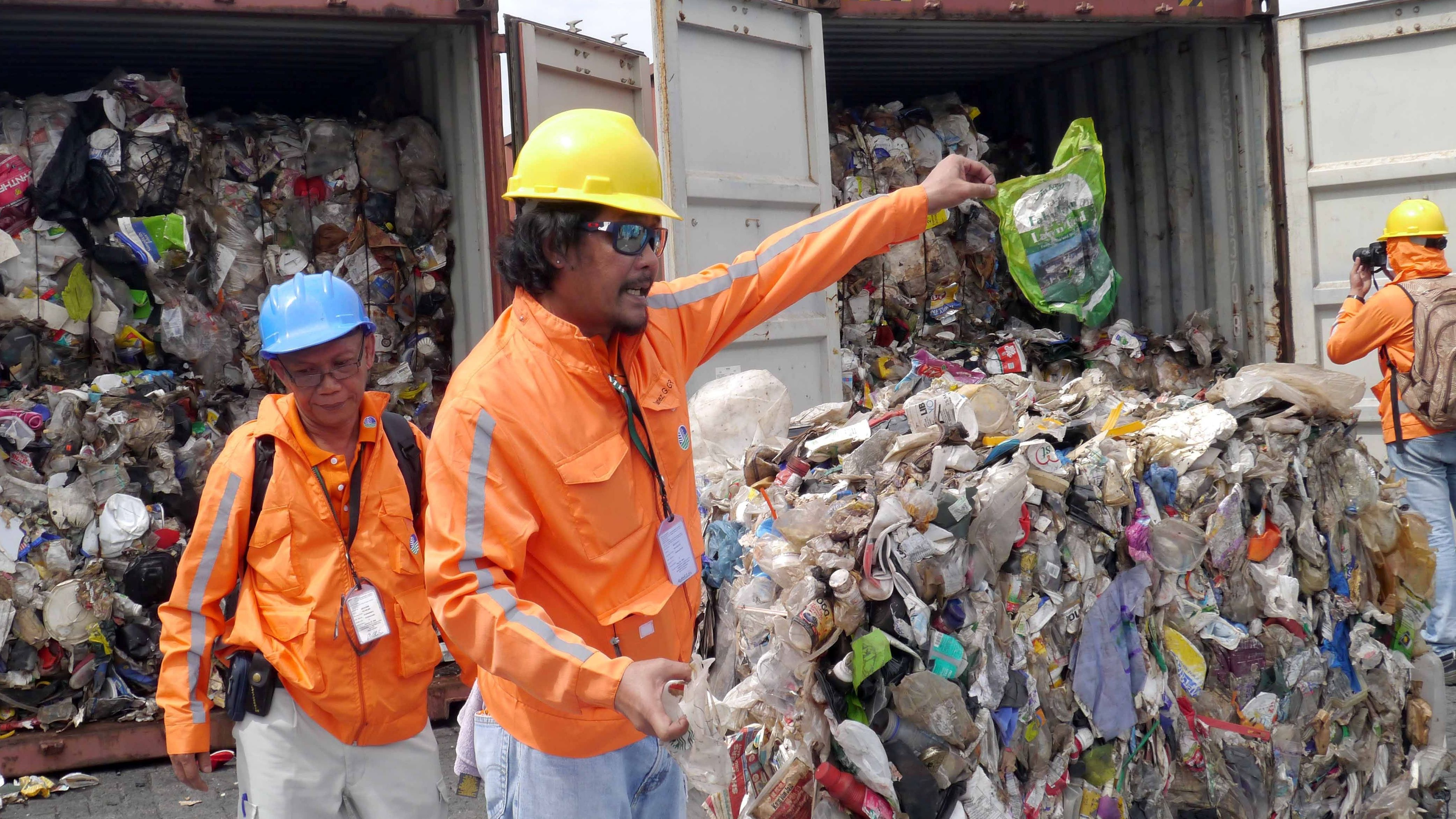 Philippinische Zollbeamte inspizieren Abfälle aus Kanada