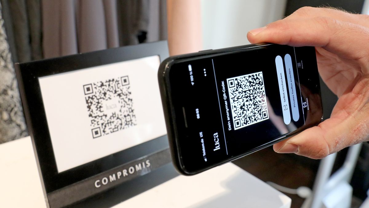 Mensch scannt QR-Code