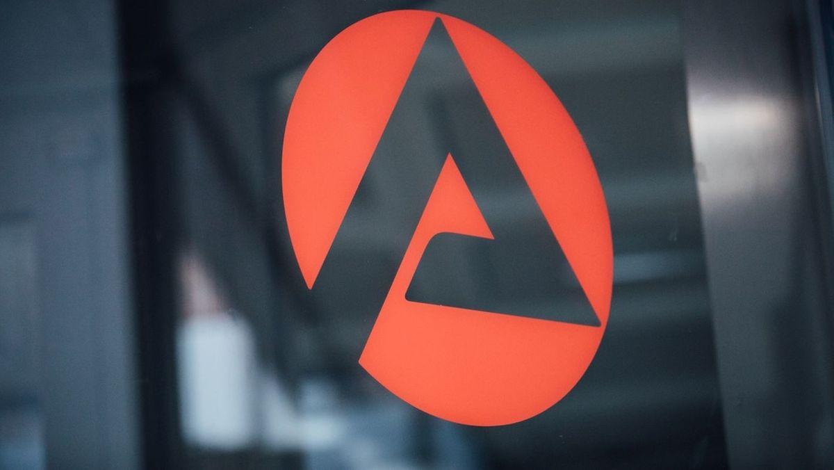 Ein A auf rotem Grund, das Emblem der Arbeitsämter in Deutschland.