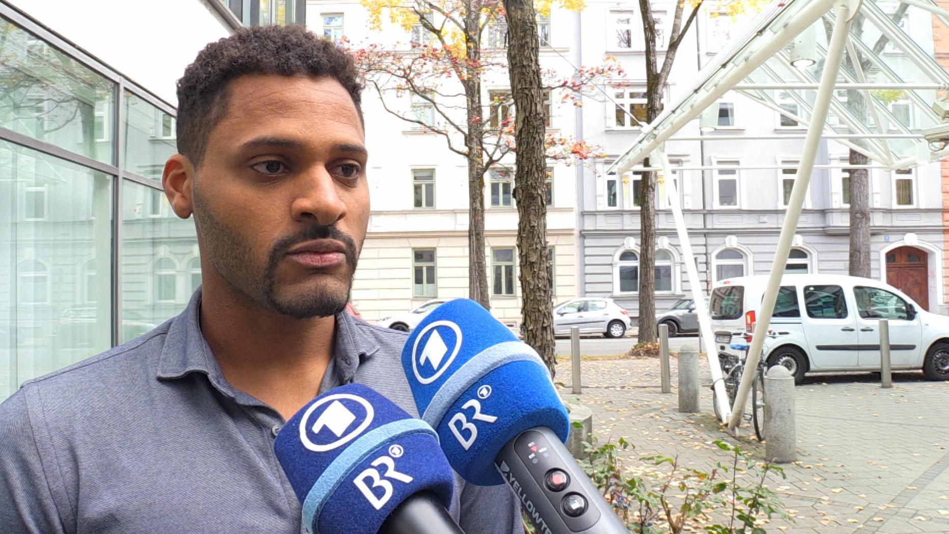Benjamin Adjei (Grüne), der direkt gewählte Landtagsabgeordnete aus dem Stimmkreis München Moosach steht BR-Reportern Rede und Antwort.