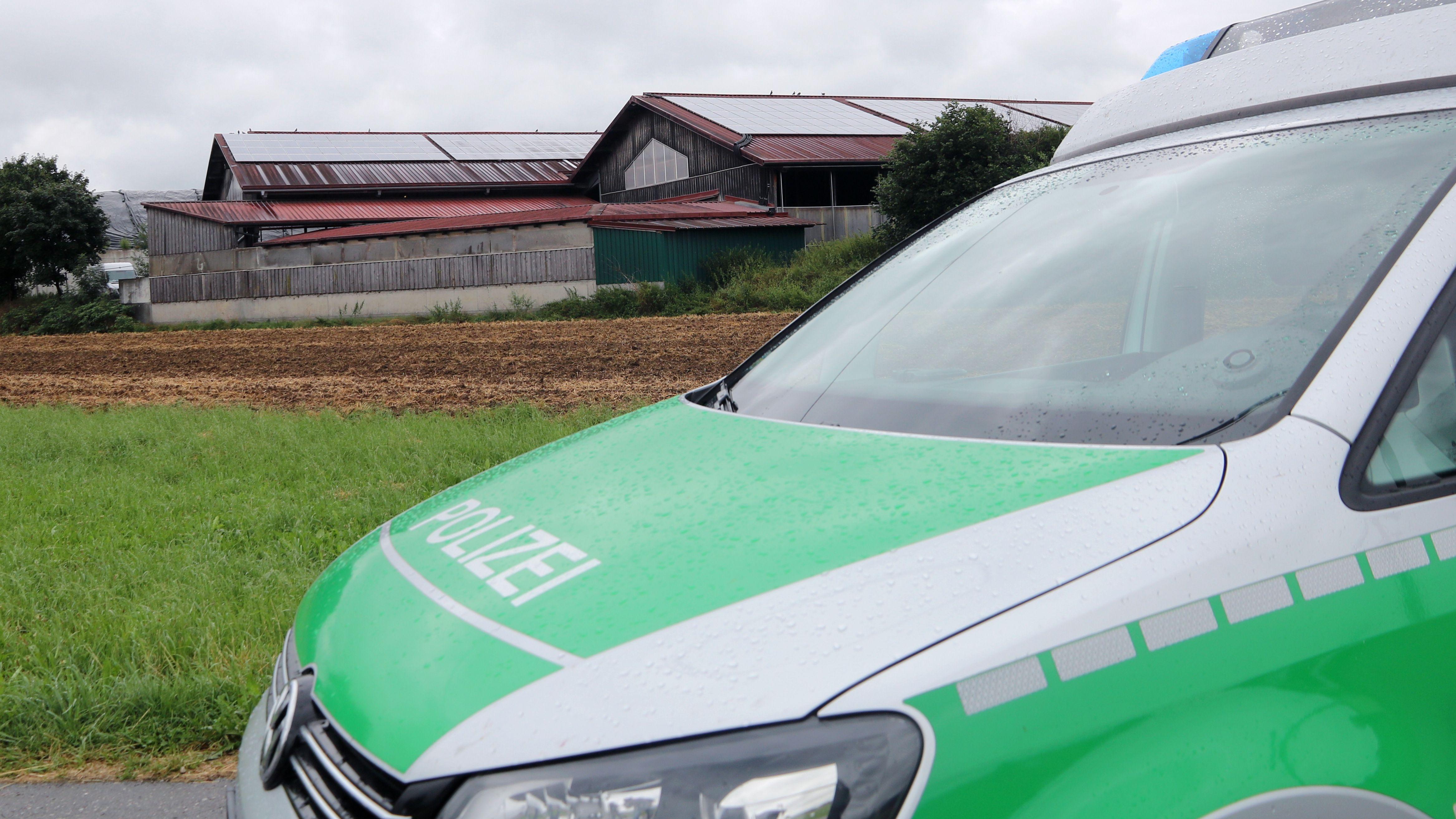 Bad Grönenbach: Polizei ist an einem Bauernhof zu sehen