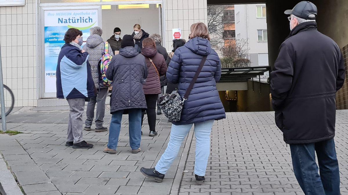 Maskenausgabe am Lieferanteneingang in Nürnberg