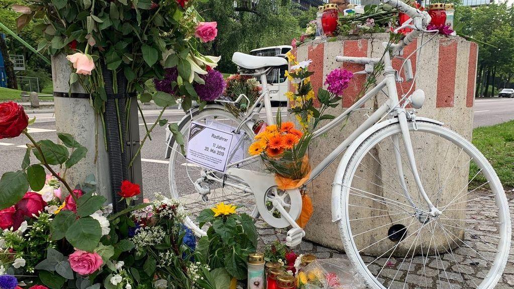 Weißes Gedächtnis-Rad, Blumen und Lichter an der Unfallstelle in München, wo am Montag der 11-jährige Bub ums Leben gekommen ist.