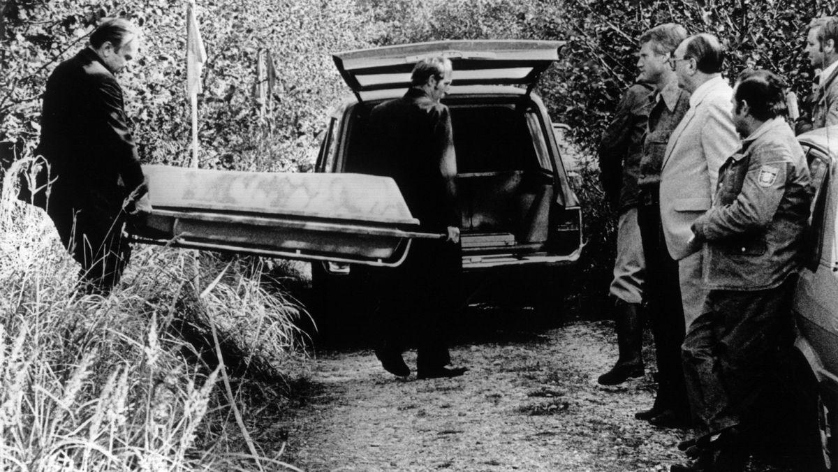 Die Leiche der Schülerin Ursula Herrmann wird am 4.10.1981 in einem Zinksarg wegtransportiert. Die Leiche der am 15. September 1981 entführten Schülerin Ursula Herrmann wurde am 4.10.1981 in einem Waldstück bei Schondorf in der Nähe ihres Heimatortes Eching am Ammersee gefunden. Sie befand sich in einer in der Erde vergrabenen Kiste, in der sie, laut Aussage der Obduktion, etwa sechs Stunden nach der Entführung erstickte, obwohl das unterirdische Verlies mit einem Lüftungssystem, Licht, einem Radio, Lebensmitteln und Getränken versehen war. Die Eltern des Kindes erhielten am 18.9. und 21.9 eine Lösegeldforderung von zwei Millionen Mark. Bei einem Anruf der Erpresser verlangte der Vater einen Lebensbeweis seiner Tochter, worauf sich die Entführer nicht mehr meldeten.