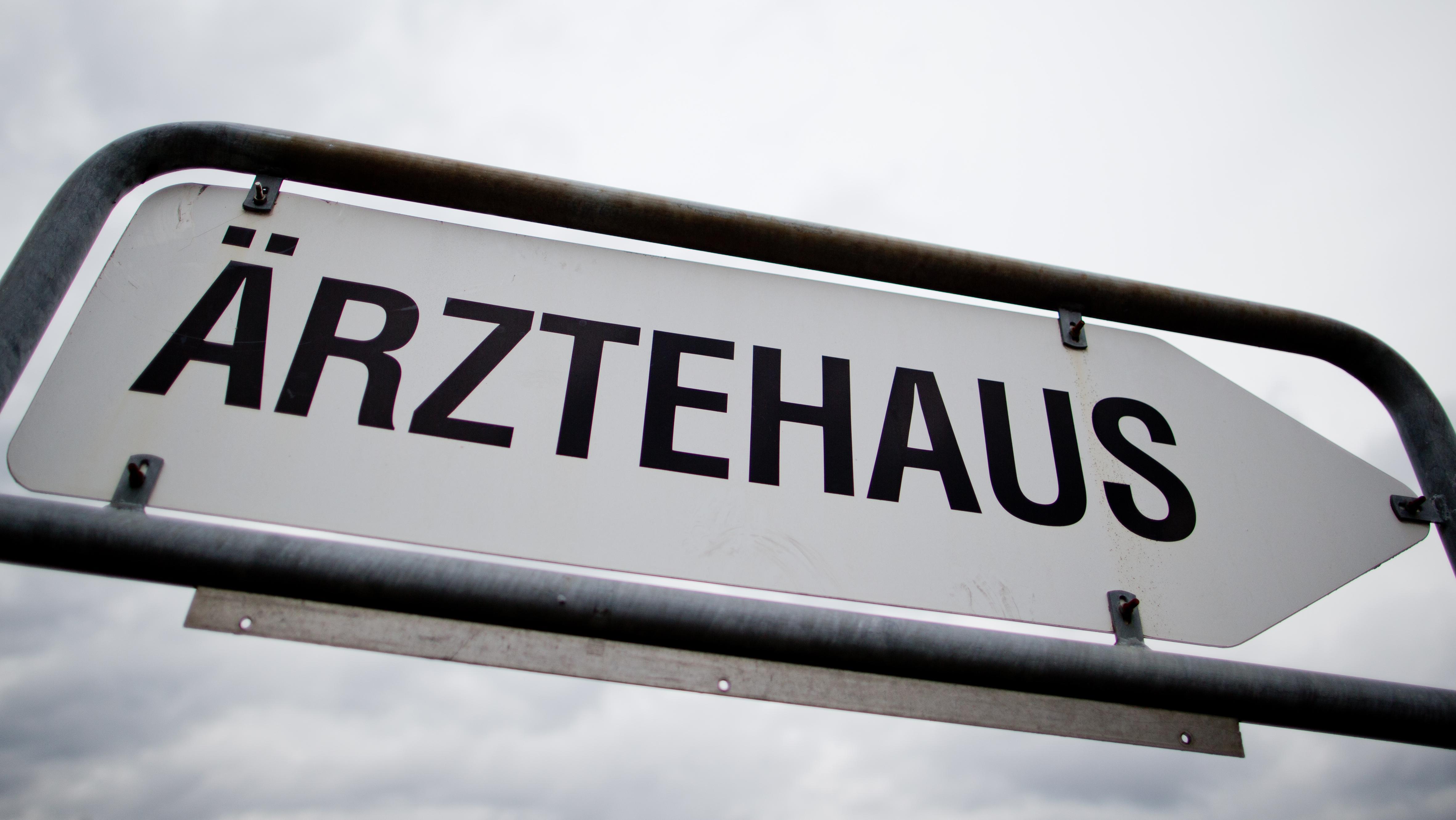 """Hinweisschild """"Ärztehaus"""""""