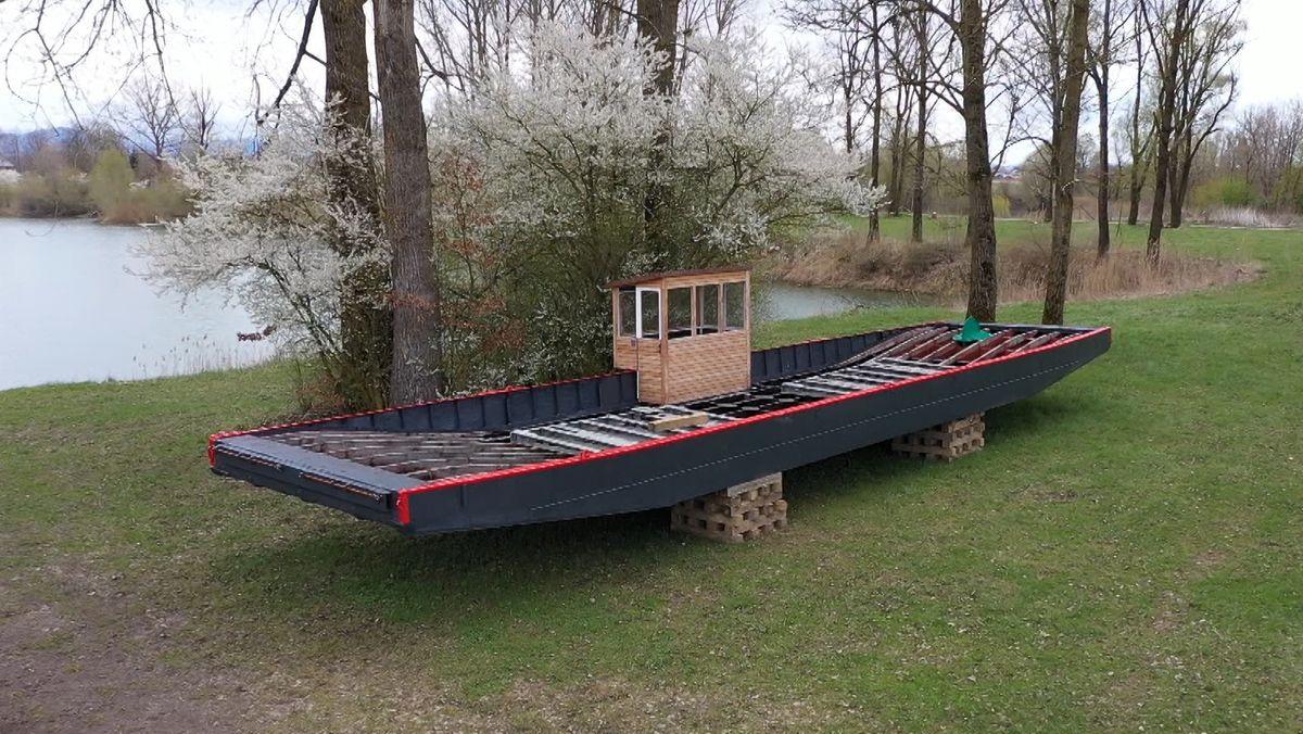 """Die alte Donau-Fähre """"Posching"""" steht nun auf Holzblöcken am Ufer"""