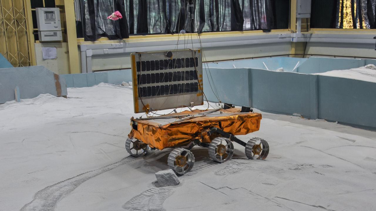 Modell des Chandrayaan-2-Rovers bei einer Testfahrt