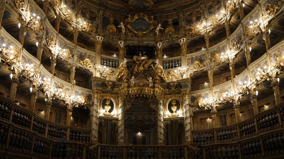 Der barocke Zuschauerraum im Markgräflichen Opernhaus Bayreuth wird von zahlreichen Lüstern erhellt.