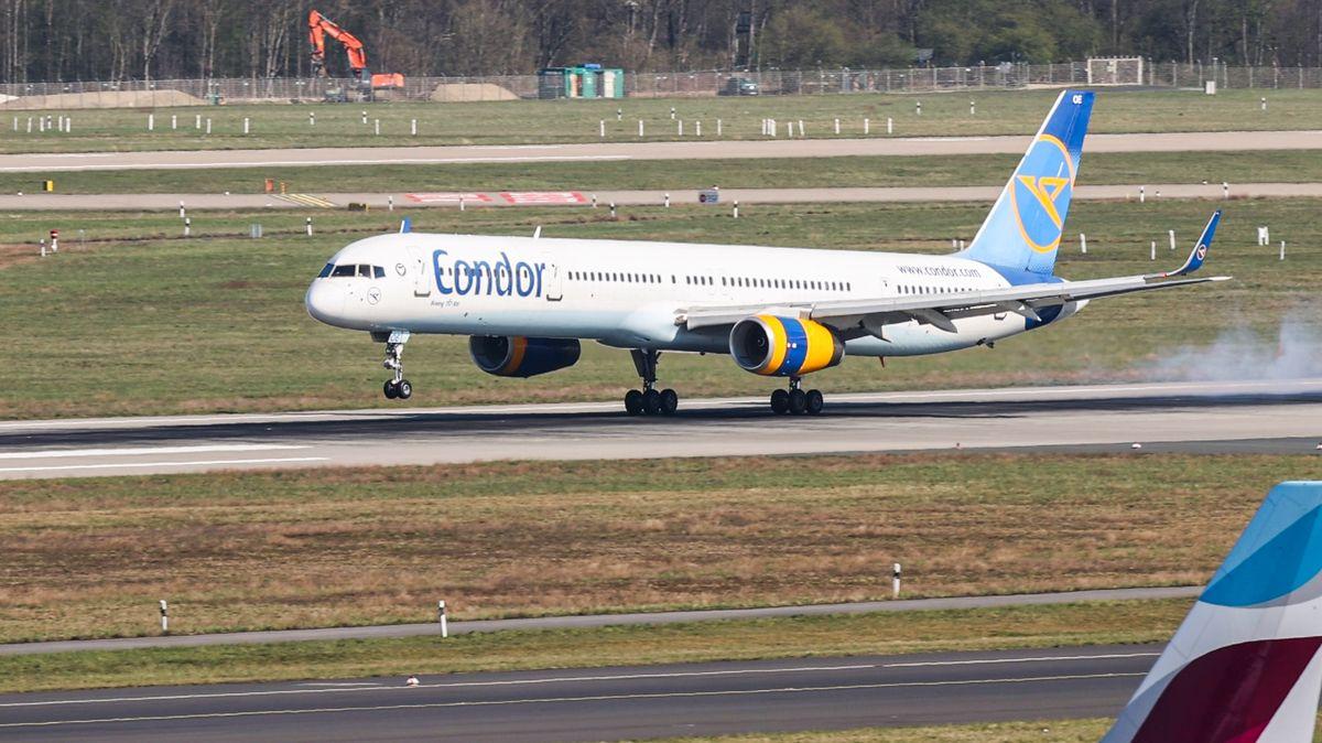 Eine Boeing 757 der Fluggesellschaft Condor aus Mallorca landet auf dem Flughafen Düsseldorf.