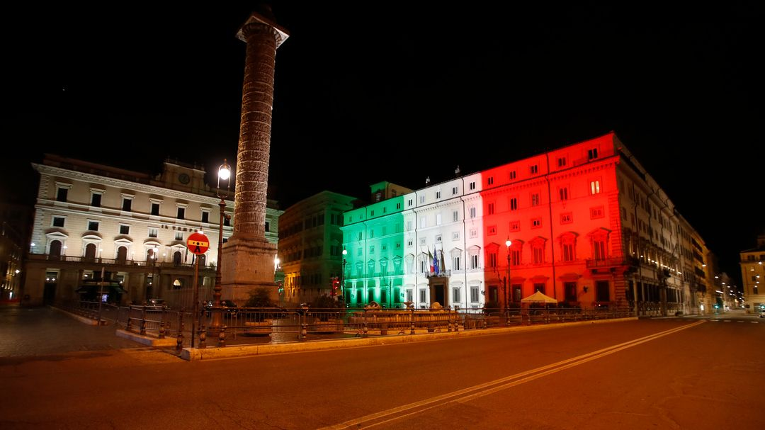Der Palazzo Chigi, Amtssitz des italienischen Ministerpräsidenten, wird in den Farben der italienischen Flagge beleuchtet