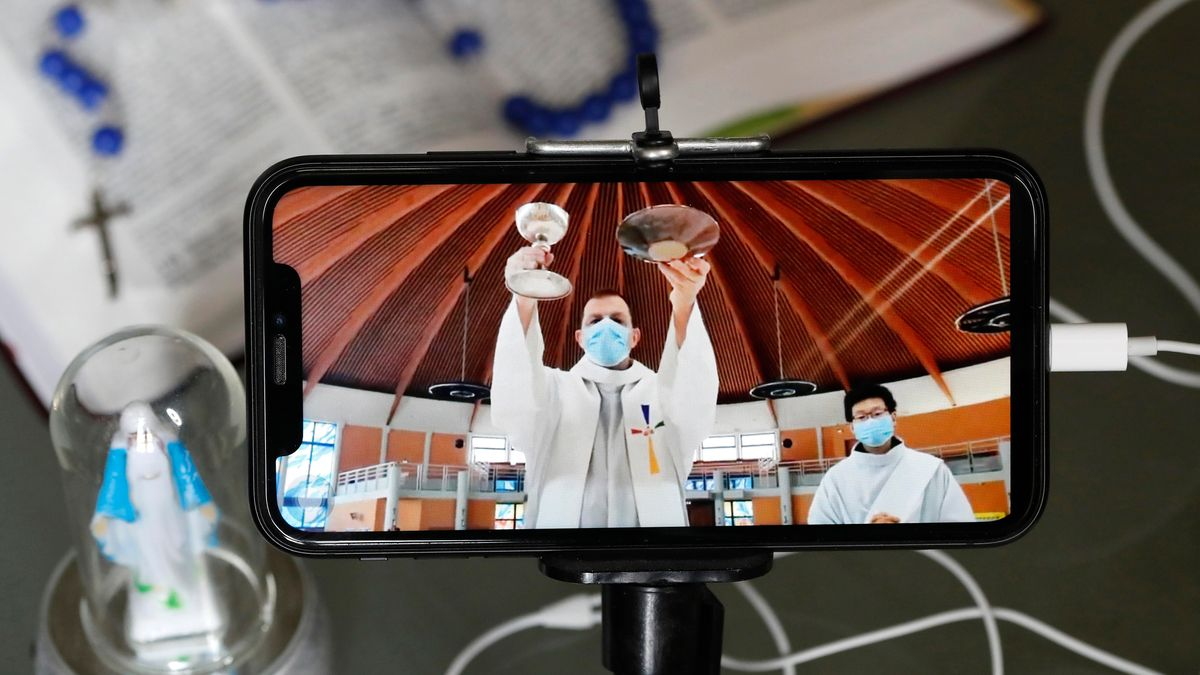 Übertragung eines Gottesdienstes in den Sozialen Medien auf dem Handy