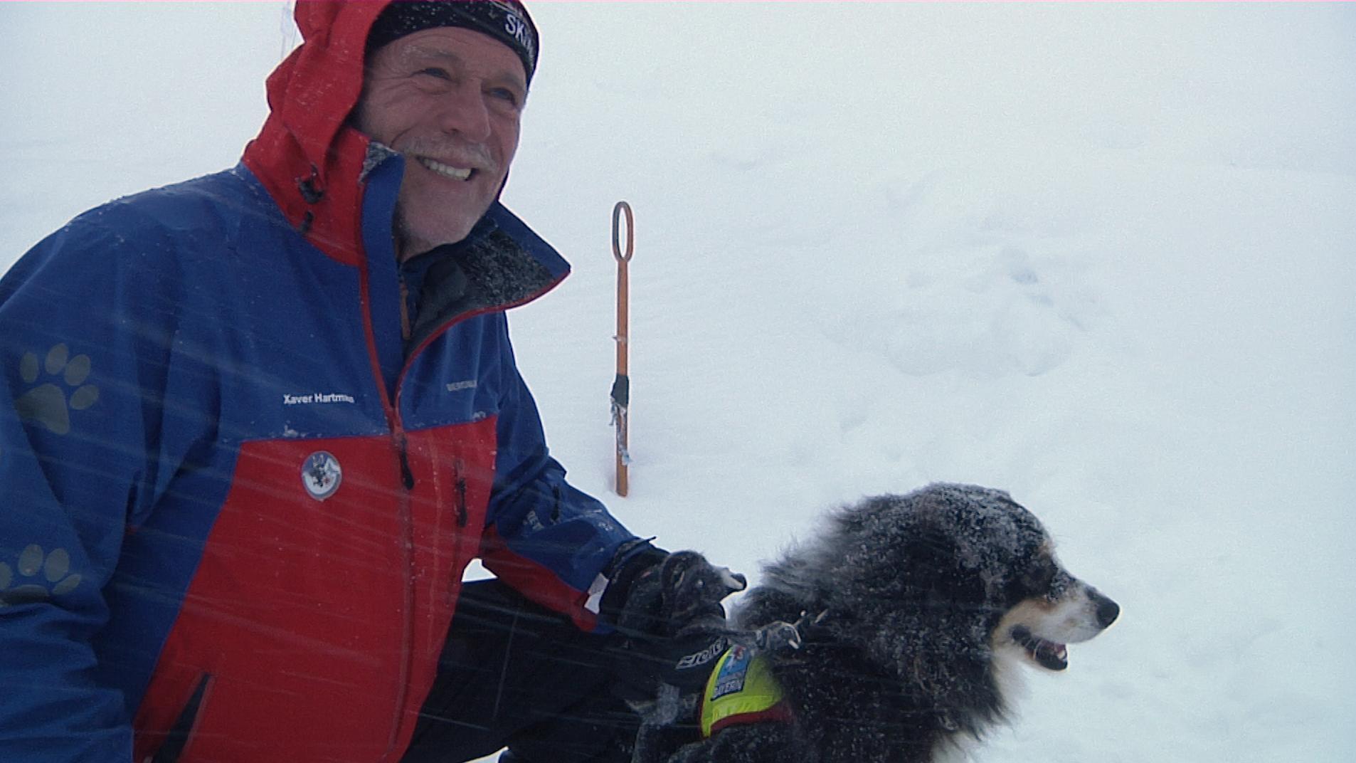 Xaver Hartmann, Leiter der Lawinenhundestaffel der Allgäuer Bergwacht, mit Lawinenhündin Lusi