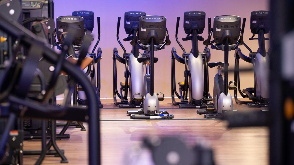 Unbenutzte Trainingsgeräte stehen in einem geschlossenen Fitnessstudio