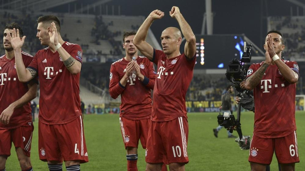 Javi Martinez (l-r), Niklas Süle, Leon Goretzka, Arjen Robben und Thiago vom FC Bayern München bedanken sich nach Spielende bei den Fans.   Bild:dpa-Bildfunk/Angelos Tzortzinis