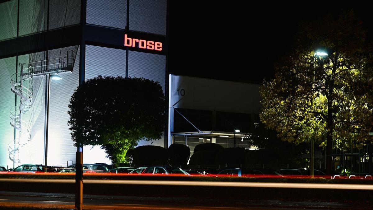 Das Firmenlogo von Brose leuchtet an der Außenfassade eines Gebäudes