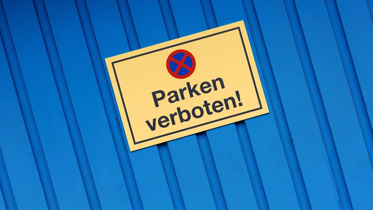 """Ein Schild """"Parken verboten!"""" an einem Garagentor"""