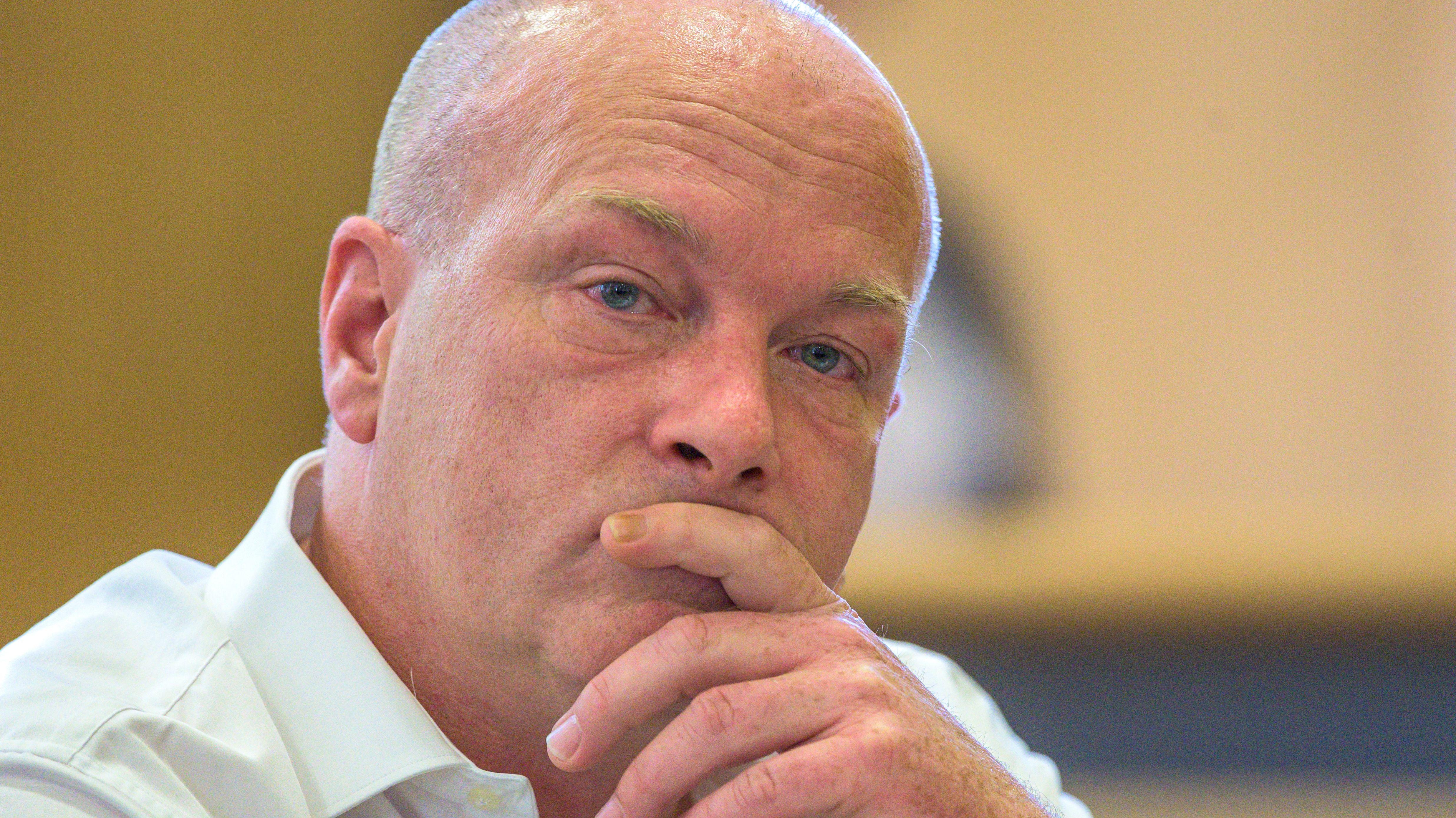 Der angeklagte suspendierte Regensburger Oberbürgermeister Joachim Wolbergs sitzt im Verhandlungssaal im Landgericht.