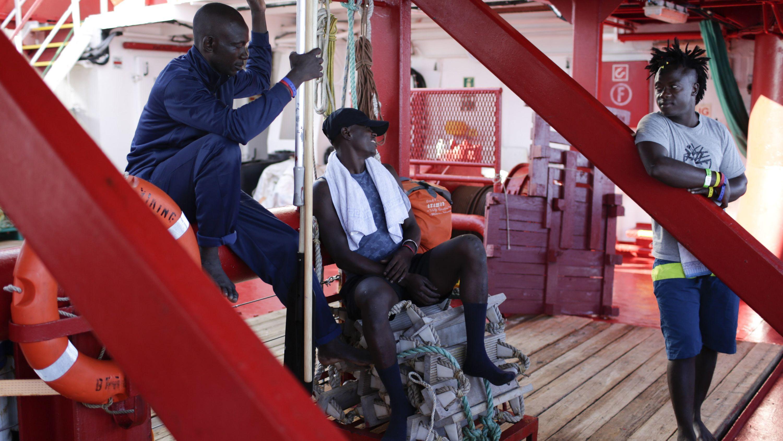 "Migranten an Bord der ""Ocean Viking"" im Mittelmeer."