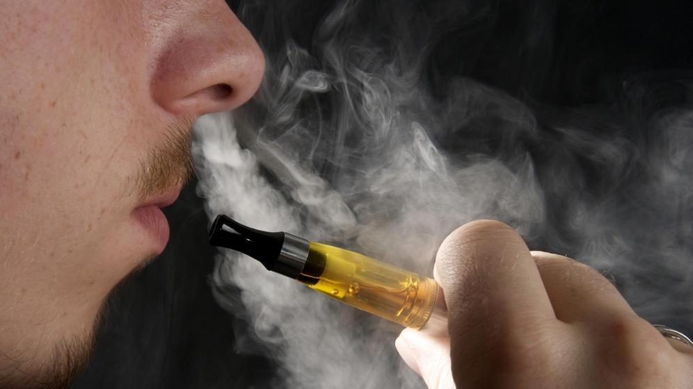 Mann zieht an einer E-Zigarette | Bild:picture alliance / imageBROKER