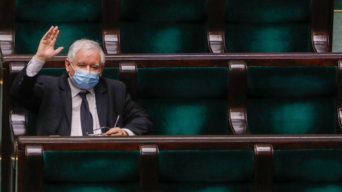 Jaroslaw Kaczynski mit Schutzmaske im Parlament