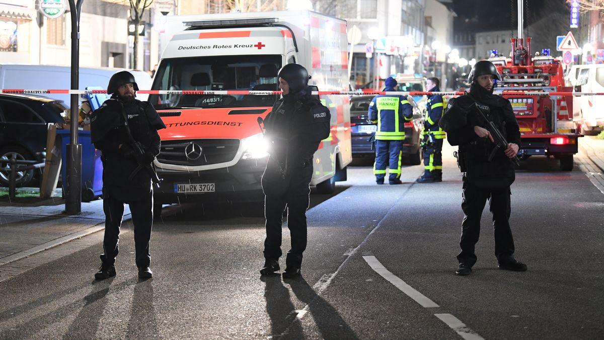 Polizisten mit Maschinengewehren in Hanau