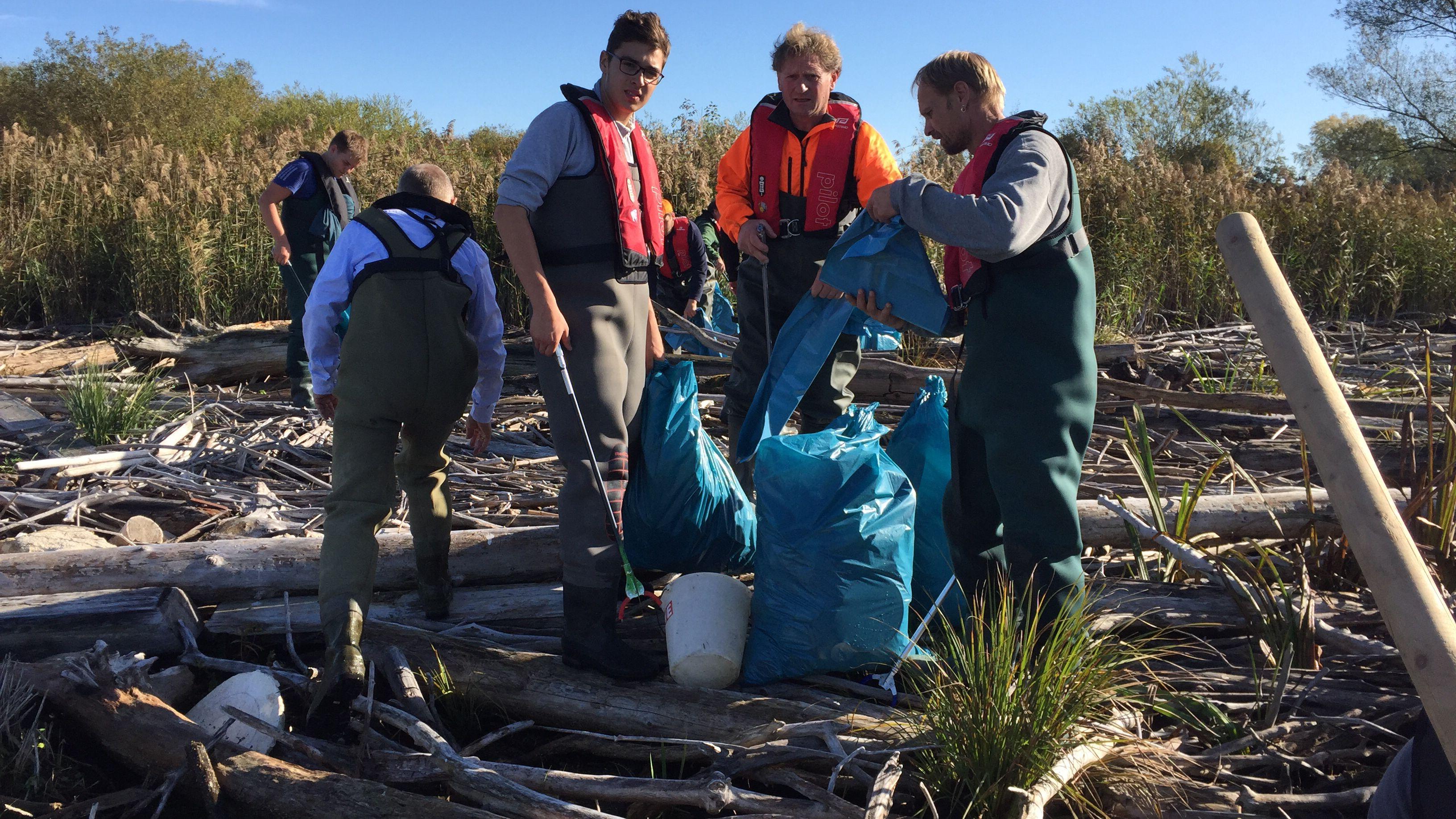 Müllsammeln in der Hirschauer Bucht am Chiemsee