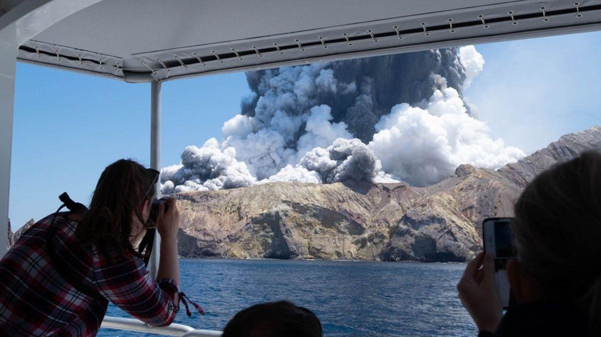 Ein Boot umkreist nach der Eruption die Insel White Island
