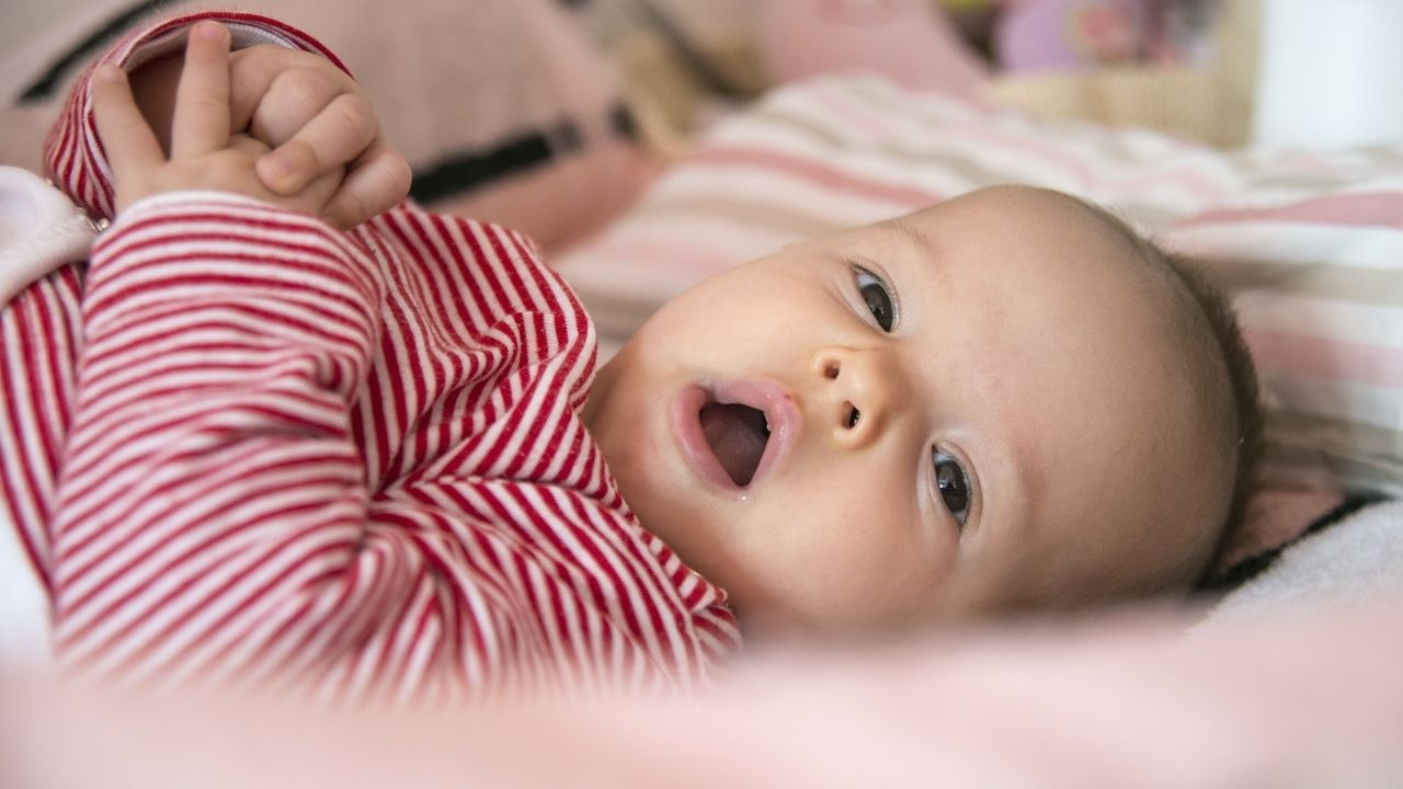Liegendes Baby gähnt