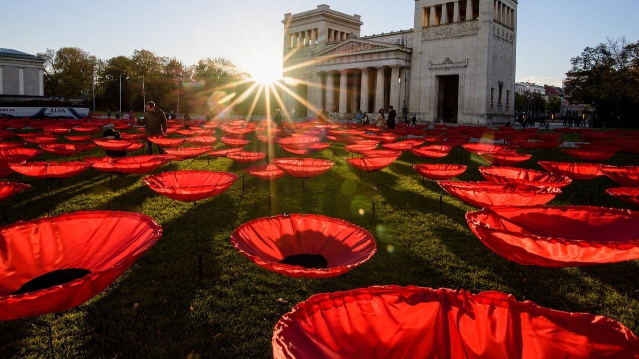 """Kunstinstallation """"Never again"""" auf dem Königsplatz in München zum Gedenken an die gefallenen Soldaten im Ersten Weltkrieg."""