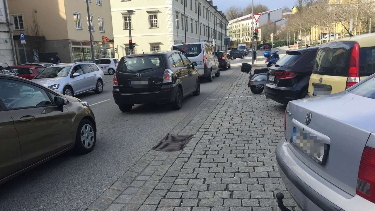Viel Verkehr in Passau nahe der Universität. Künftig wird die Stickstoffdioxid-Belastung ermittelt.