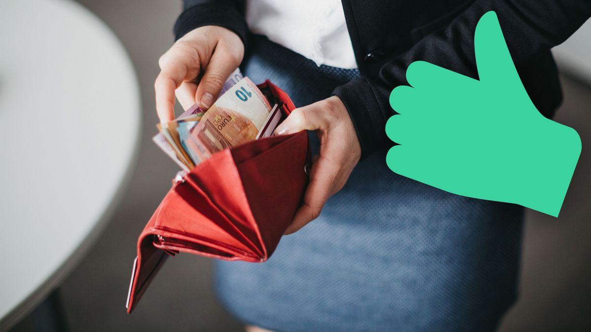 Symbolbild: Frau sucht in Geldbörse nach Scheinen