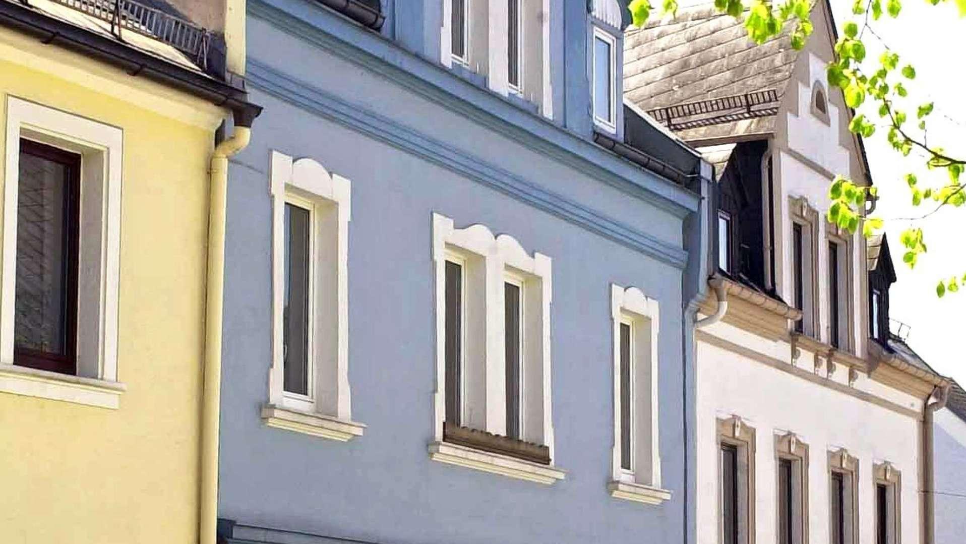 Eine Häuserzeile in Lichtenberg (Lkr. Hof). Eines der Häuser ist das frühere Elternhaus von Peggy Knobloch.