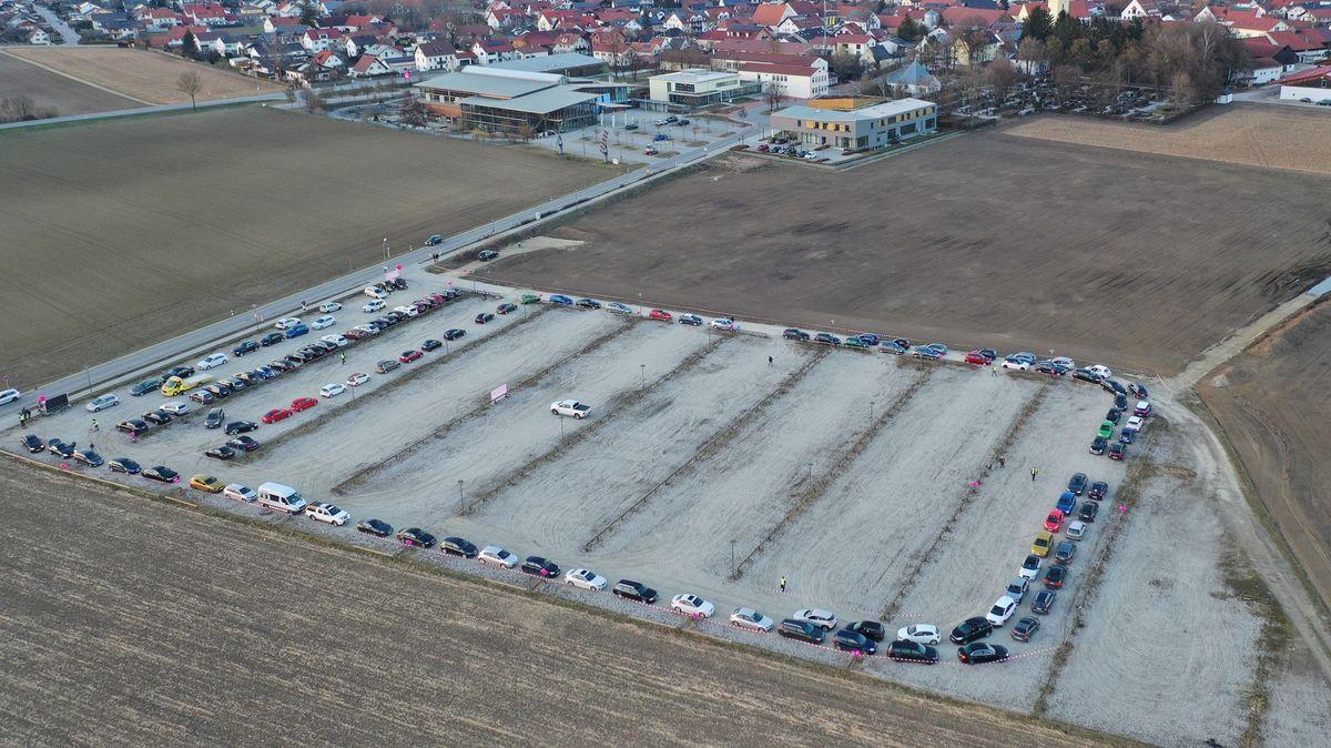 Autos auf einem Parkplatz in Essenbach