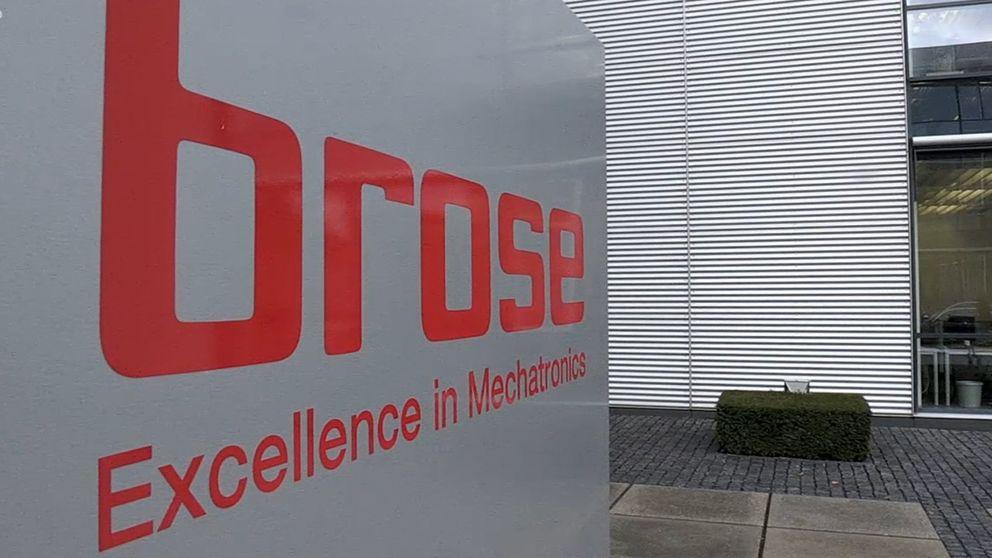 """Schild mit der Aufschrift """"Brose - Excellence in Mechatronics""""."""