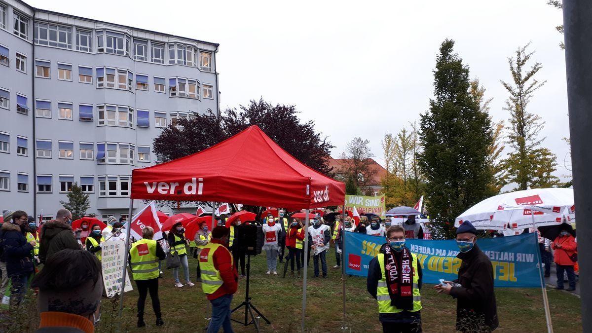 Ver.di-Kundgebung am Klinikum Passau. Mitarbeiter fordern mehr Gehalt.