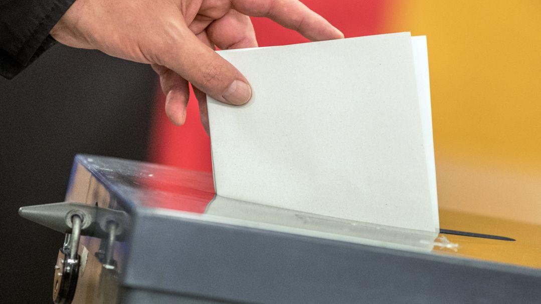 Ein Wähler wirft 2017 seinen Stimmzettel zur Bundestagswahl in die Wahlurne.