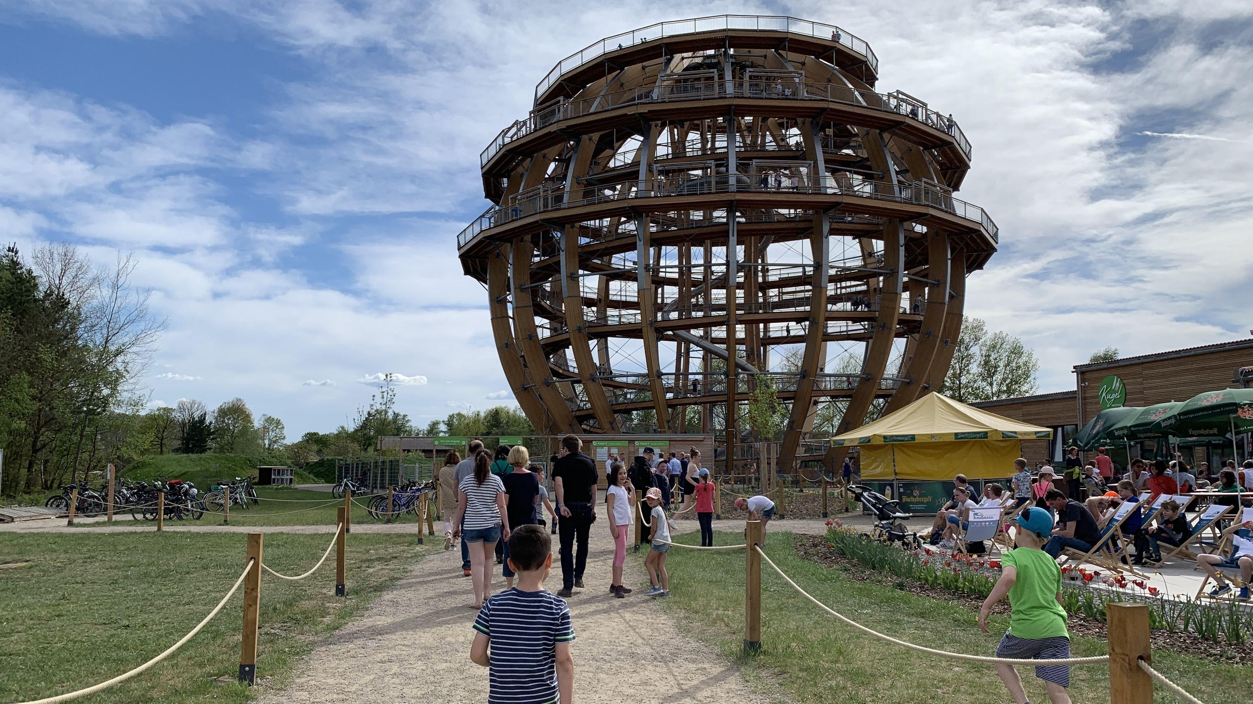 In den ersten sieben Monaten seit Eröffnung der größten begehbaren Holzkugel der Welt sind 100.000 Besucher an den Steinberger See gekommen.