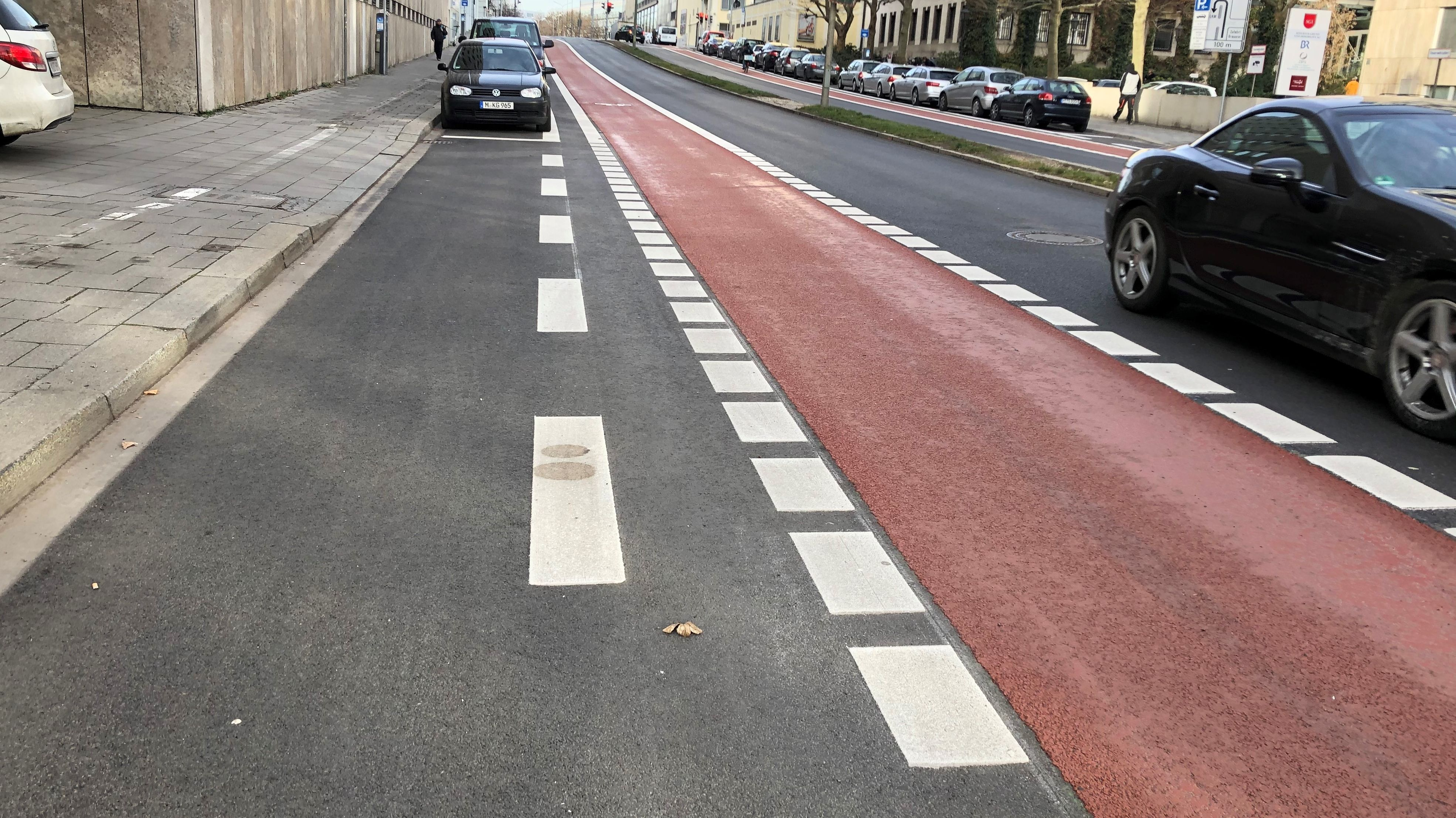 Breiter Fahrradweg - nur eine Fahrbahn für Pkw