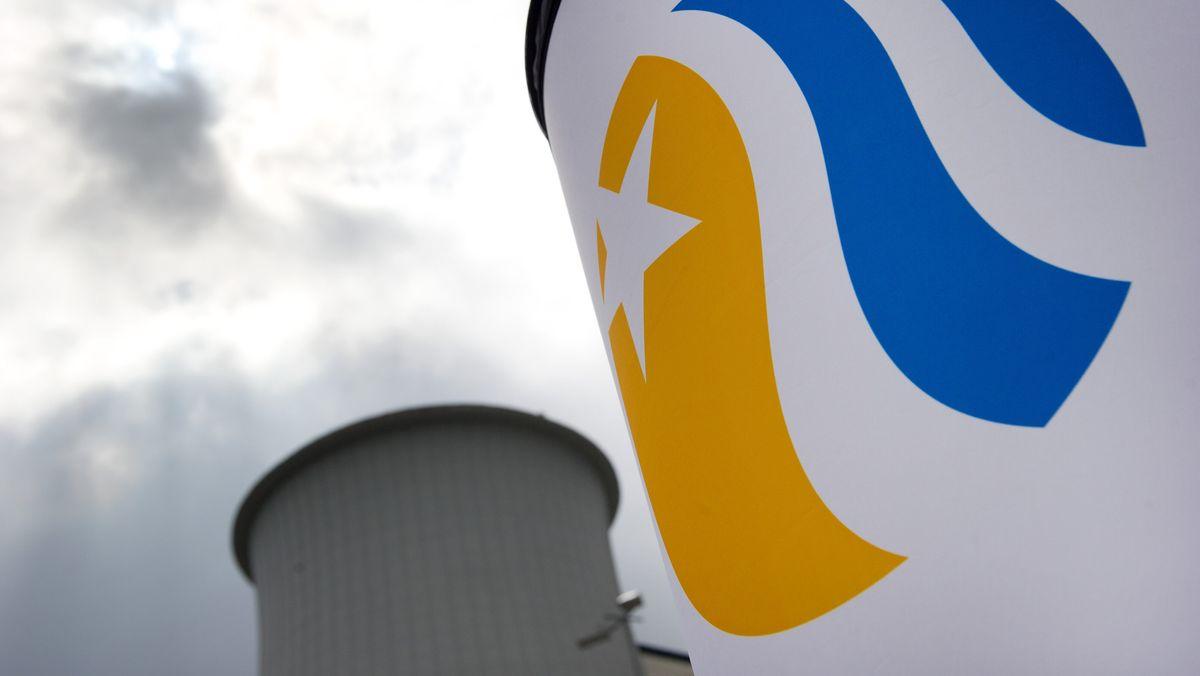 in Vattenfall-Logo an einem Turm, im Hintergrund ein zweiter Turm