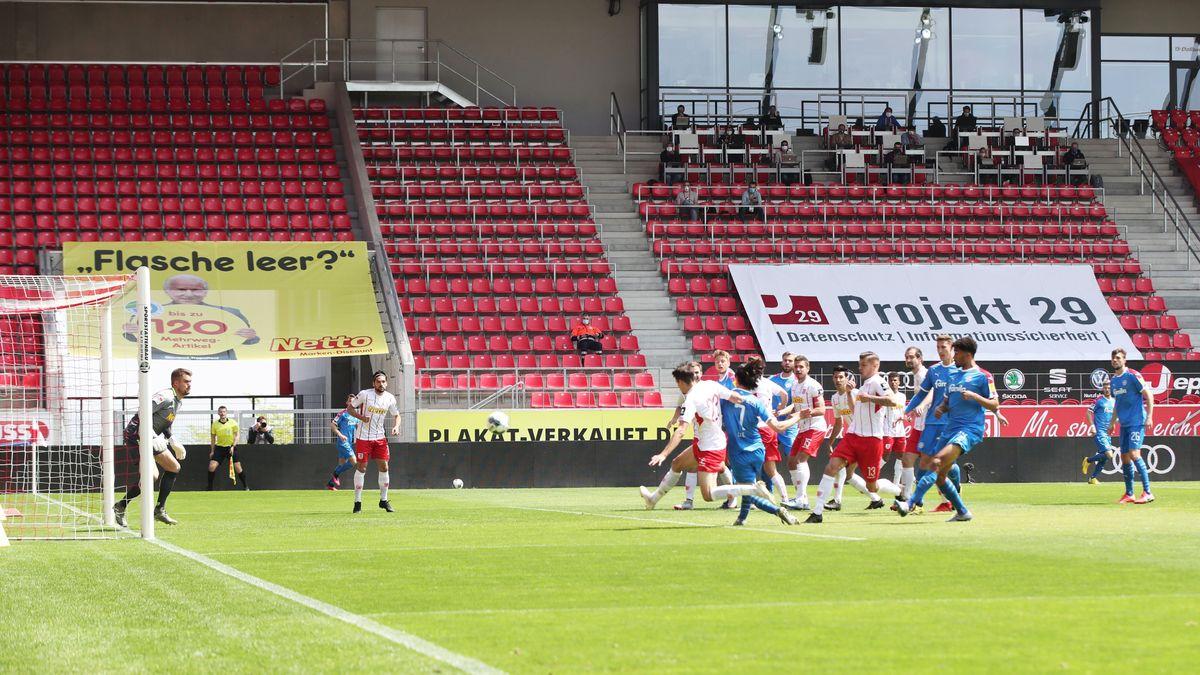 Spiel vor leeren Rängen im Regensburger Jahnstadion