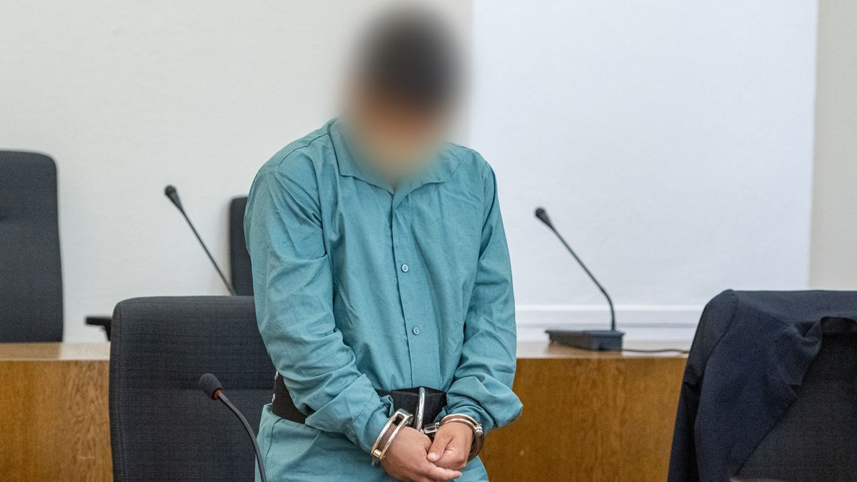 Der Angeklagte mit Handschellen