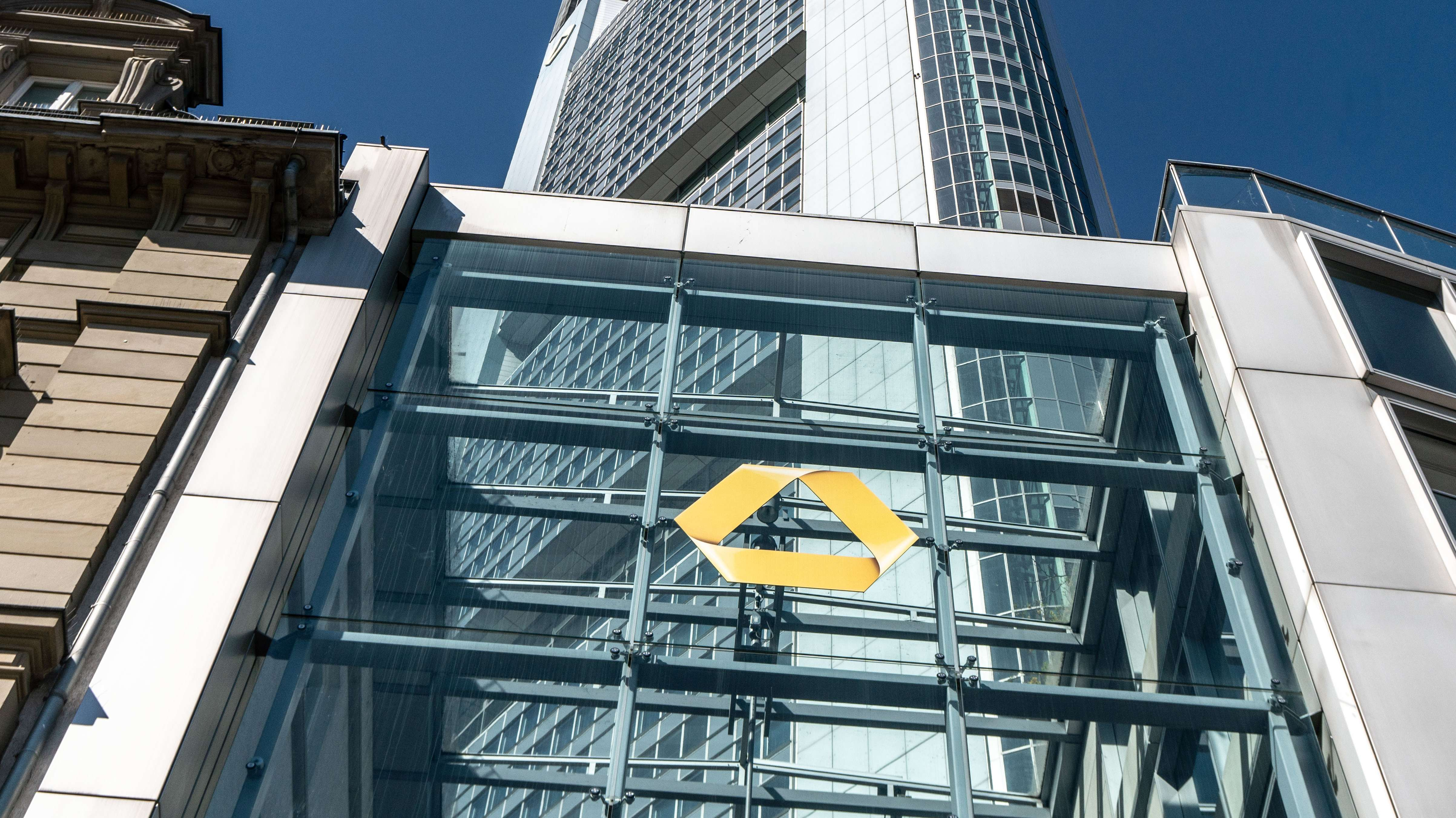 Die Zentrale der Commerzbank in Frankfurt mit dem Logo der Bank.