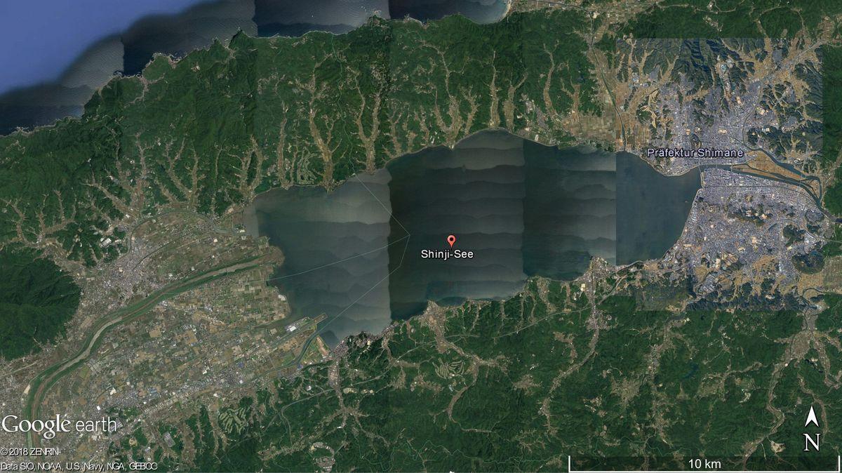 Der Shinji-See (Google-Satellitenaufnahme) ist der siebtgrößte See in Japan. Er liegt in der Präfektur Shimane auf der Insel Honshu.